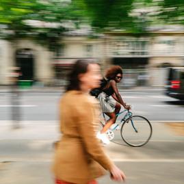 jeune femme sur un vélo, déplacement paris