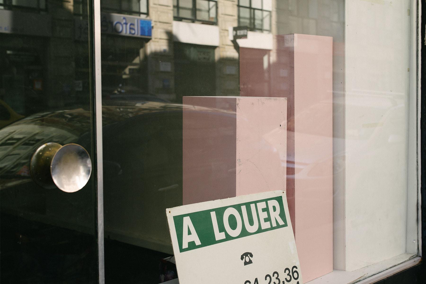 Laurent Delhourme - French street photographer - une photo couleur d'une vitrine avec des cubes blancs et roses dans une rue de paris