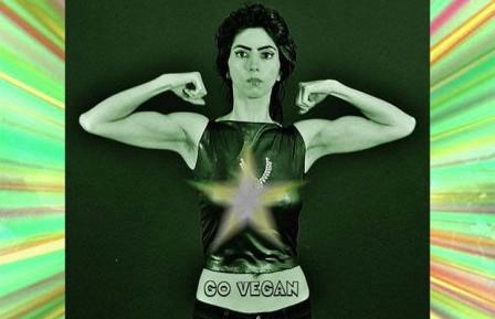 Një femër Vegan Bodybuilder hapi zjarr në Luginen e Silikonit