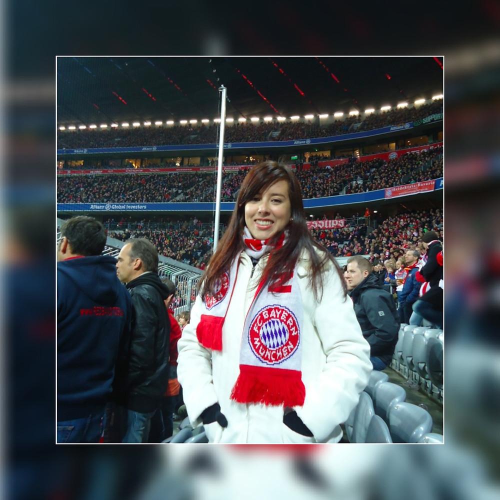 Natalia apoyando a su equipo de fútbol favorito.