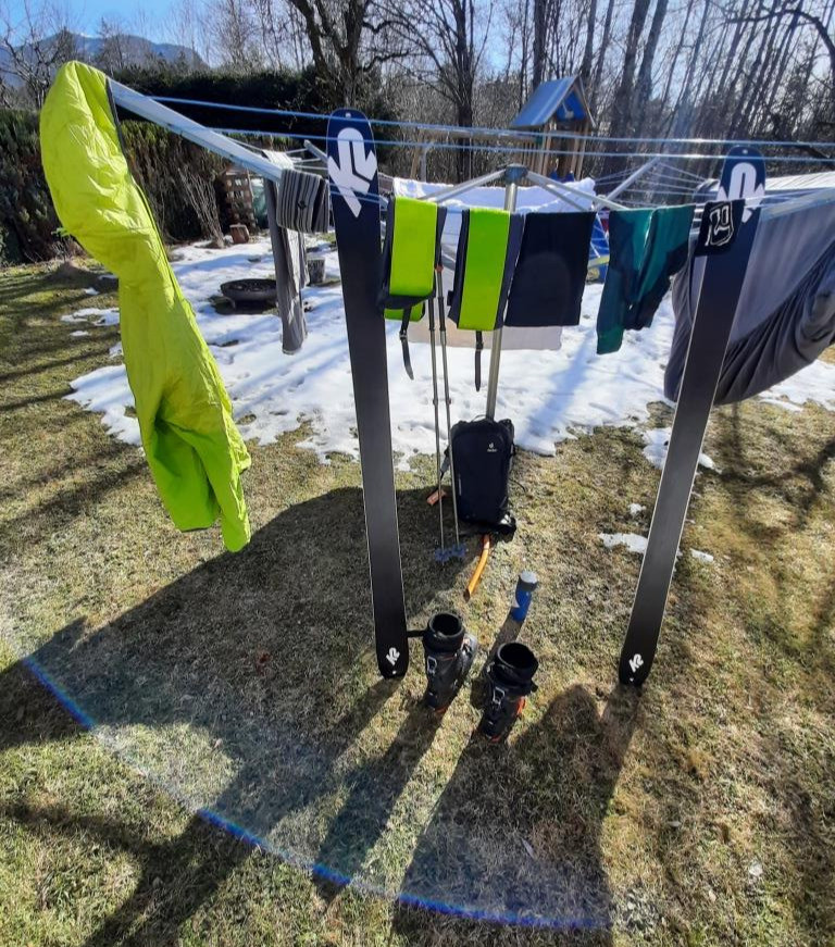 Der Bergführer trocknet sein Material in der Sonne im Garten nach einer Skitour