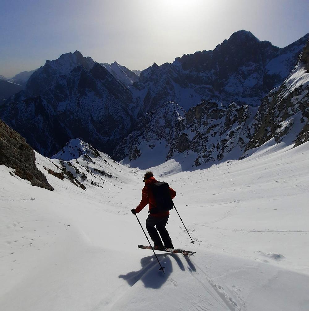 """Ein Bergführer macht einen """"Drop in"""" mit seinen Skiern am Torkopf im Karwendel"""