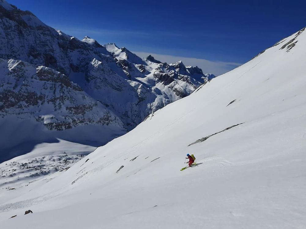 Ein Bergführer auf der Abfahrt bei besten Firnbedingungen im Karwendel