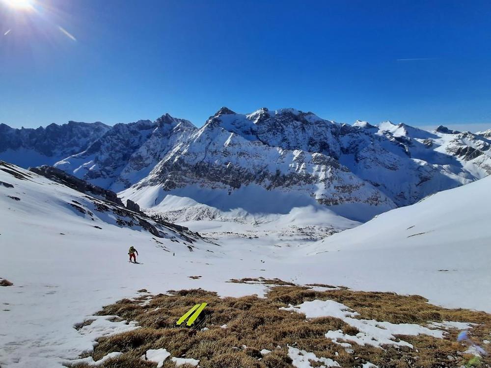 Bergführer im Aufstieg einer Skitour zur Lackenkarspitze