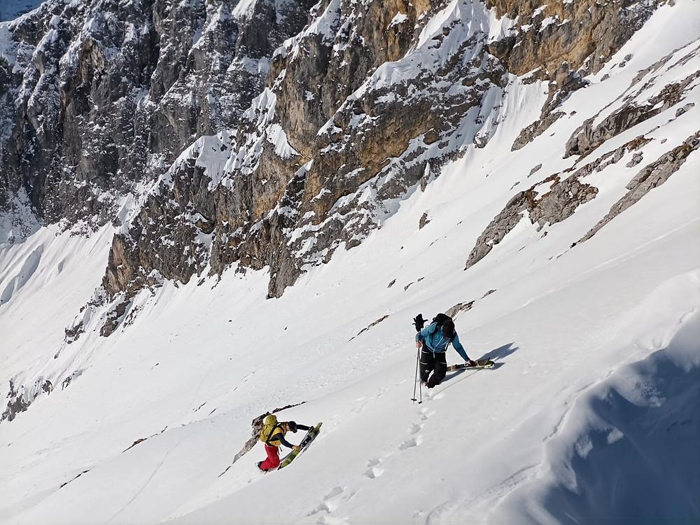 Zwei Bergführer beim Gipfelanstieg zur Talelespitze im Karwendel während einer Skitour