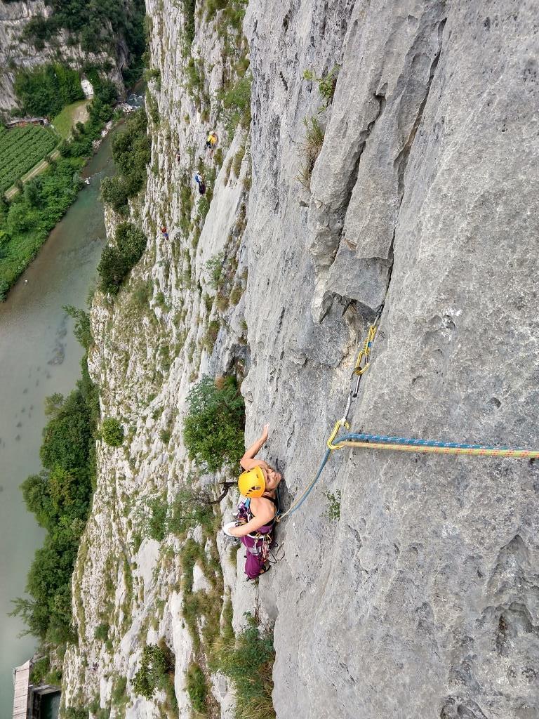 Blick runter zu einer Kletterin im Sarcatal