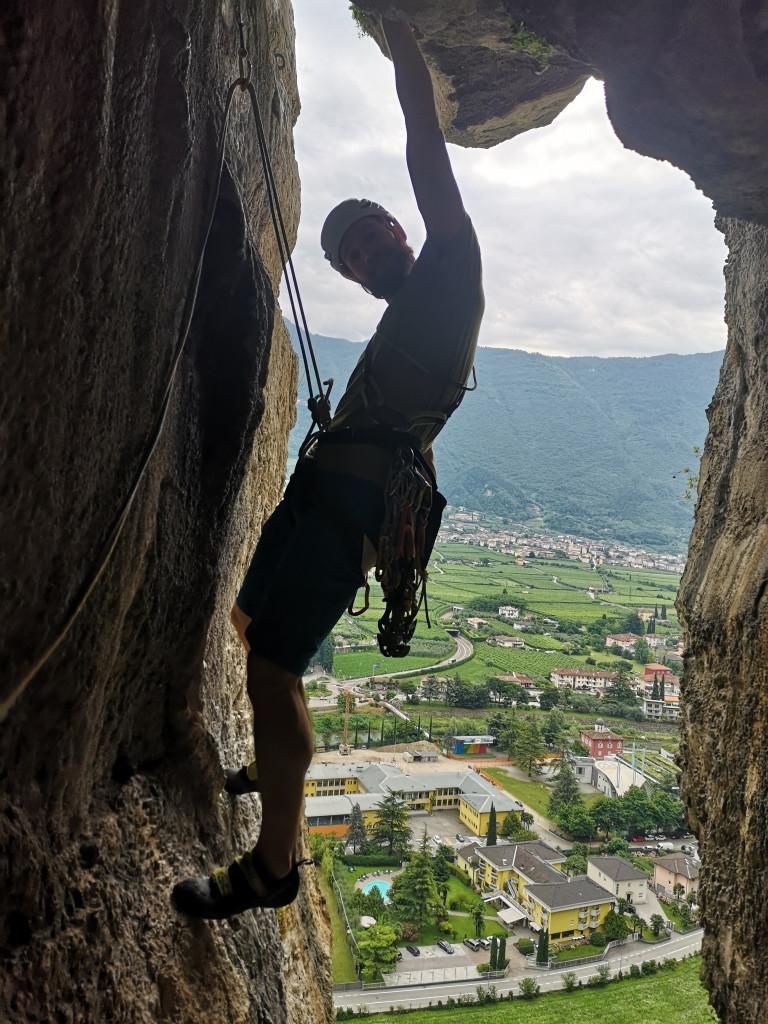 Der Bergführer klettert aus einer schwierigen Passage