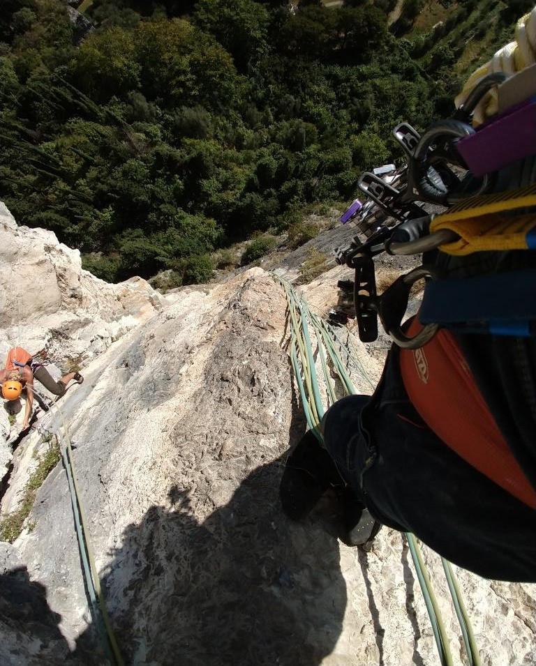 Blick in die Tiefe aus einer Klettertour in Arco