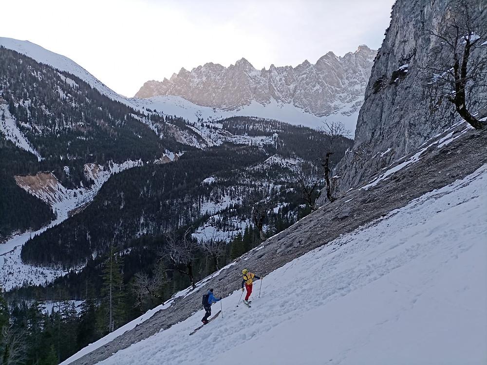 Zwei Bergführer auf Skitour im Aufstieg zur Talelespitze.