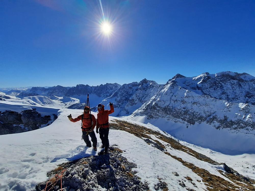 Gipfelglück: Bergführer aus Lenggries am Ende ihrer Skitour im Karwendel