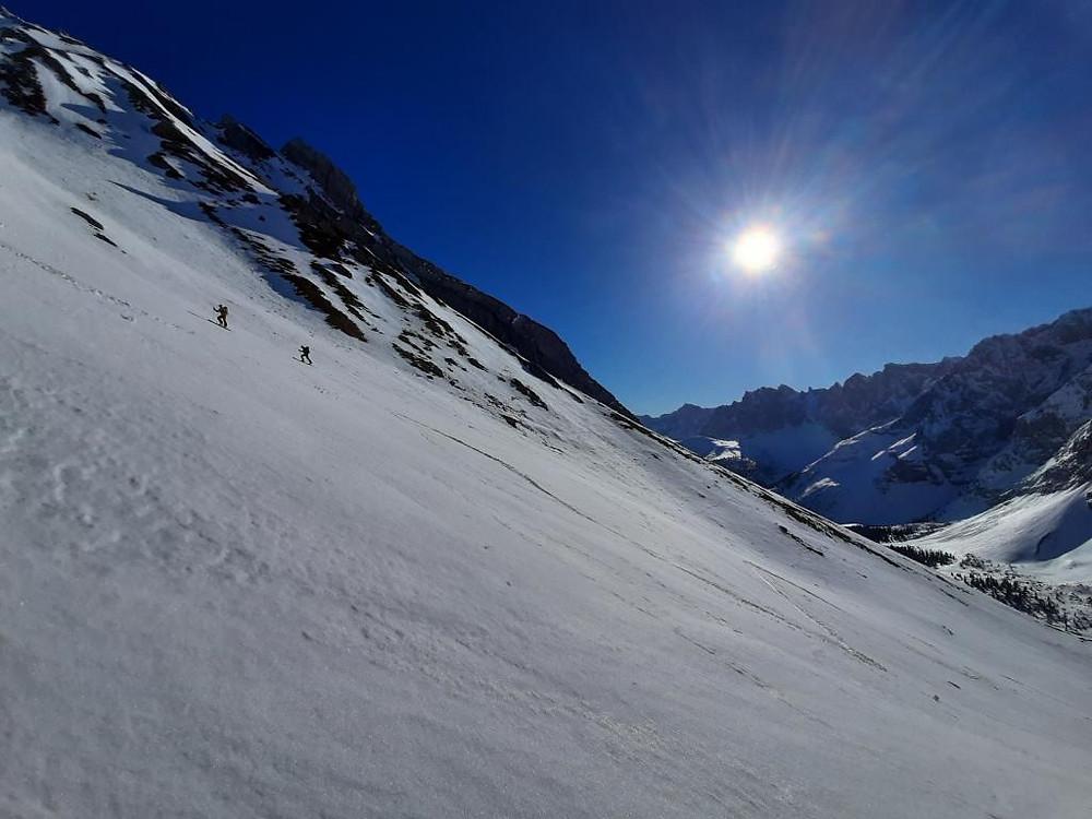 Zwei Bergführer aus Lenggries im Aufstieg zur Lackenkarspitze im Karwendel