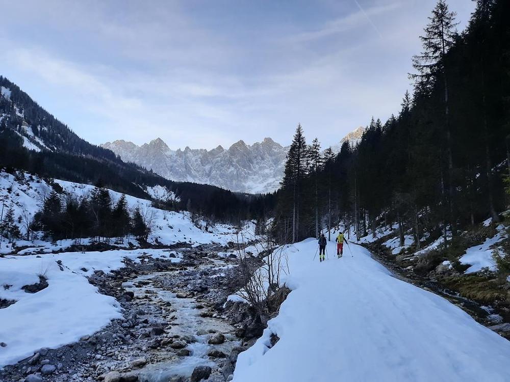 Zwei Berg- und Skiführer gehen durchs Johannestal im spektakulären Karwendel