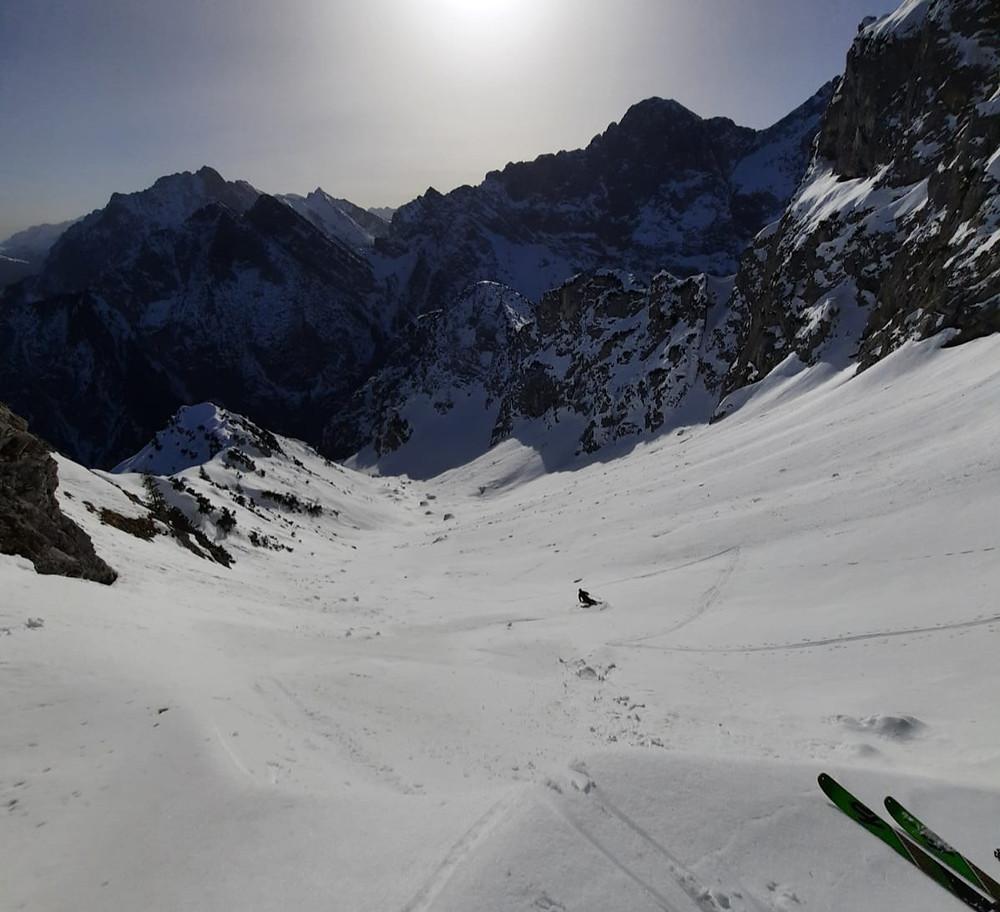 Ein Bergführer genießt eine Traumabfahrt auf Skitour im Karwendel