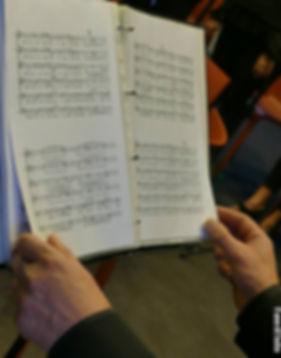 Choriste de FigeacVoix en train de lire sa partition