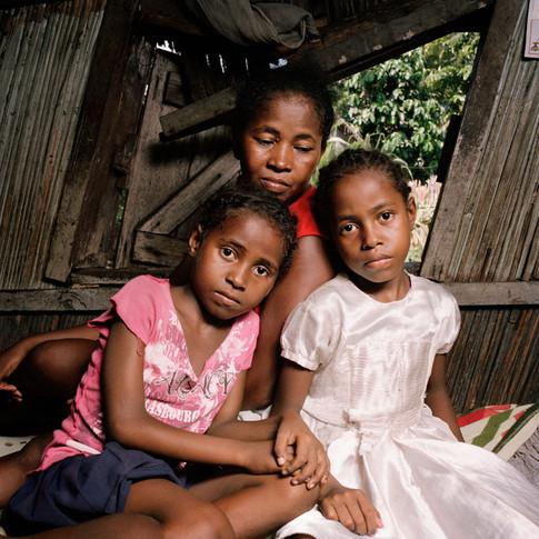Véronique et ses filles Nantenaina (à gauche) & Mahery (à droite)