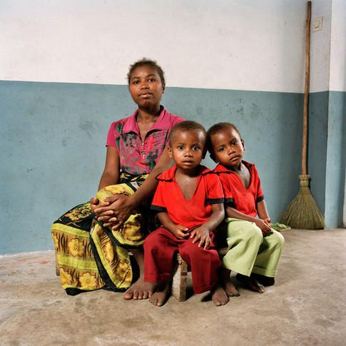 Olivine avec ses jumeaux Tolotra Niaina Fanomezana & Hery Fahasoavana