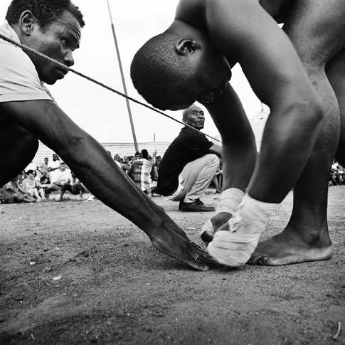 Combattant avec son coach frappant le sol pour se porter chance avant son match.