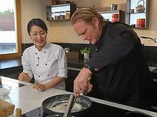 Japanische Köchin, Mochi, Björn Freitag, Vorkoster, WDR, Kochkurs, Showkoch, Japanese Sweets, Dampling, Japanise Food, Japanische Küche