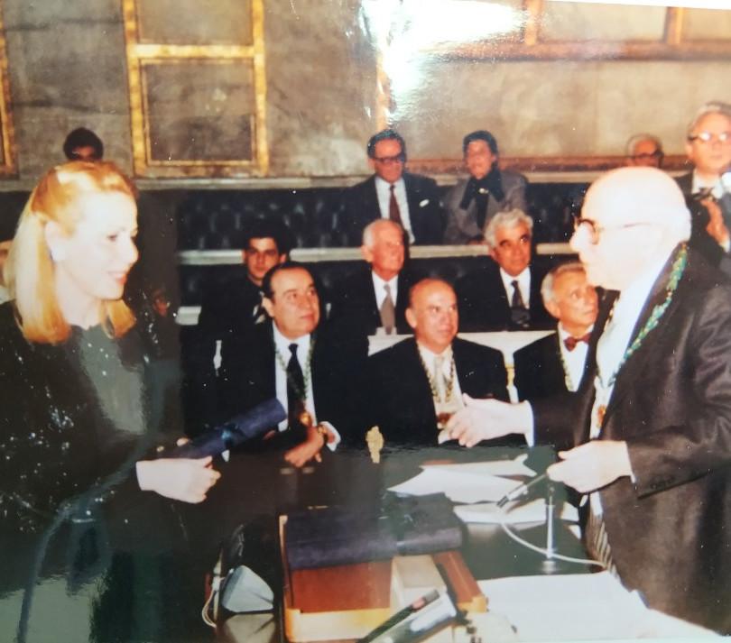 Ο πρόεδρος της ακαδημίας Αθηνών κος.  Κωνσταντίνος  Δεσποτόπουλος απονέμει το βραβείο εκ μέρους της Ακαδημίας Αθηνών στην κα. Άννα Λαουτάρη