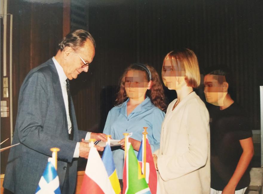 Ο κος. Πεσμαζόγλου, πρώην πρόεδρος της Ακαδημίας Αθηνών, απονέμει τα βραβεία στους μαθητές των ξένων χωρών.