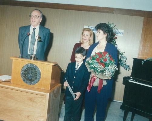 Ο πρόεδρος της ακαδημίας Αθηνών κος Πεσμαζόγλου,  η πρόεδρος του Διεθνούς Κέντρου Παιδικής ζωγραφικής στην Ελλάδα κα. Άννα Λαουτάρη Γκριτζάλα, και η κα. Έυα Φυτράκη  Απαζόγλου όπου κυρήχθηκε επίτιμο μέλος του κέντρου Παιδικής ζωγραφικής στην Ελλάδα.