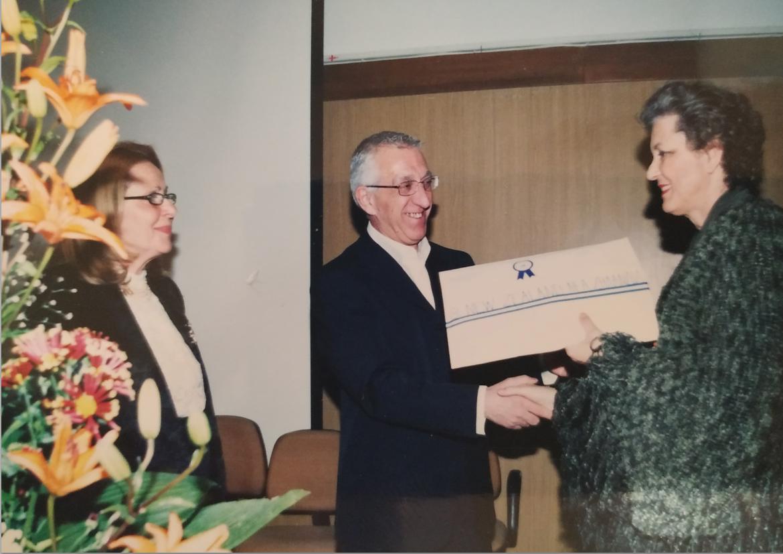 Ο κος Κακλαμάνης απονέμει τα βραβεία στους εκπροσώπους των κάθε χωρών