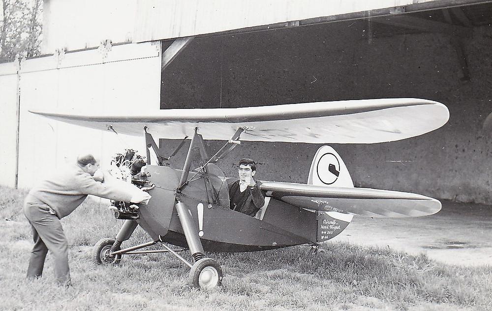 """Guy a bord du """"Pou du ciel"""", avion d'Henri Mignet HM-14, conçu en 1934"""