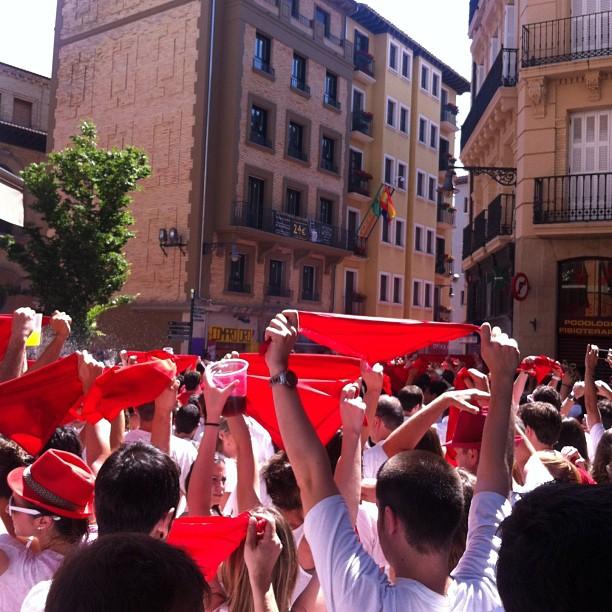 #pamplona #sanfermines #chupinazo #pañuelos #rojo #españa #amigos #plaza #ayuntamiento