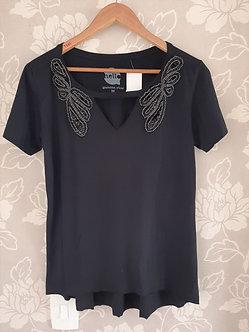 camiseta 100% algodao detalhe nos ombros bordado