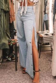 calça jeans com botão de pressão lateral