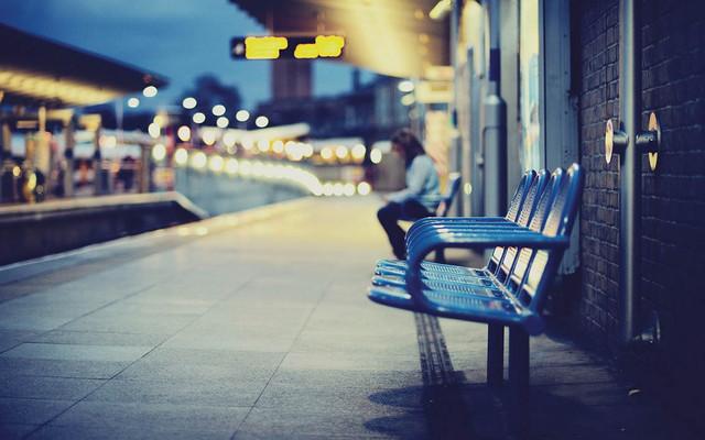 waiting-city-railway-station-benches-blur-photo-hd-wallpaper-quadri.jpg