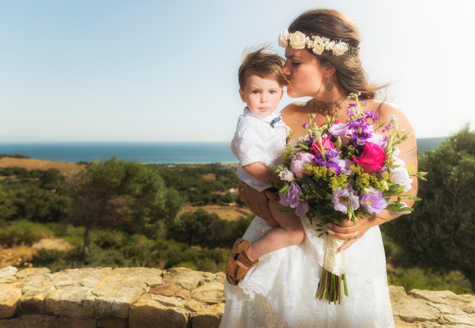 Retrato de una novia con su hijo.