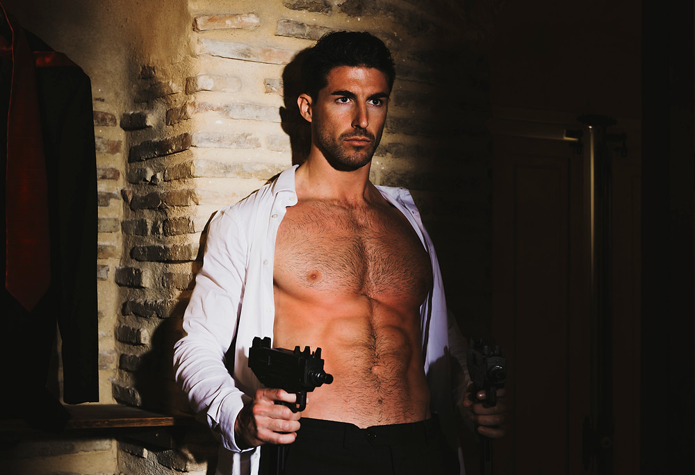Alejandro Ortiz acting as a latin James Bond.
