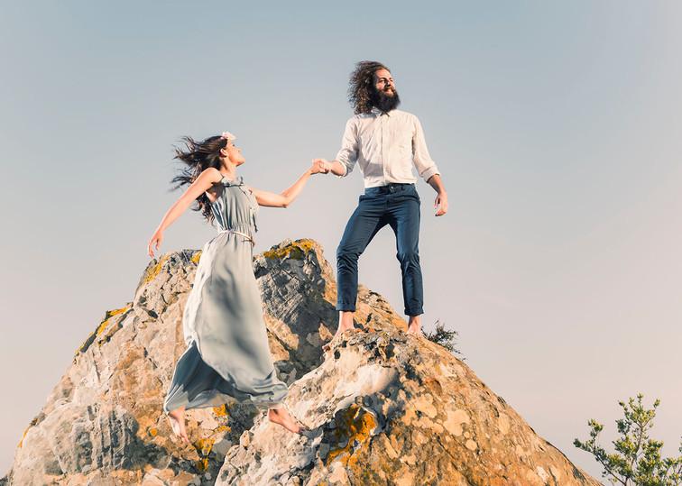 Novios encima de una roca.