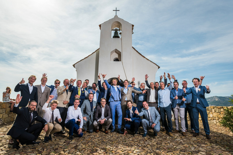 Grupo celebrando una boda.