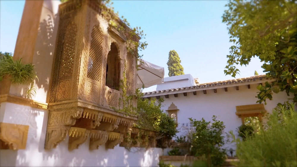 This beautiful balcony in the gardens of the Marbella Club, has a similarity with some of the details that can be found in La Alhambra de Granada.