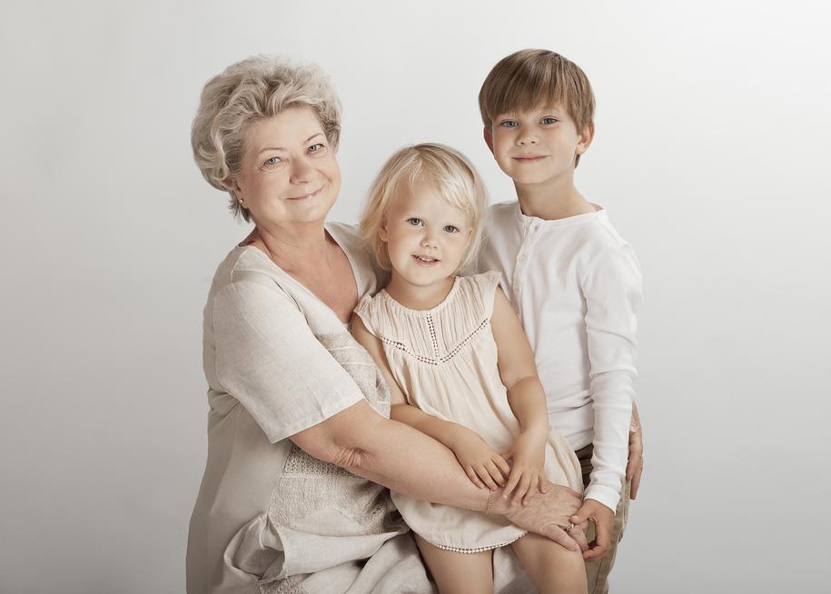 portrætfoto - børnene sammen med mormor