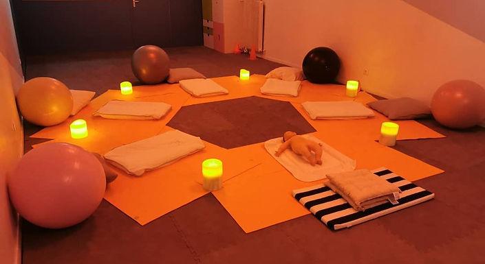 Installation salle massage bébé chez Margotte&Lollipop tapis ballon bougies calme afmb