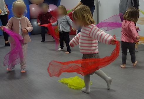 Eveil corporel danse chez Lollipop avec marie en a corps danse enfants foulards