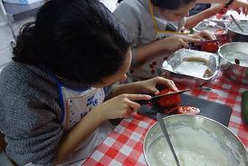 Recette de cuisine enfants cours de cuisine fille coupe une tomate Lollipop roubaix
