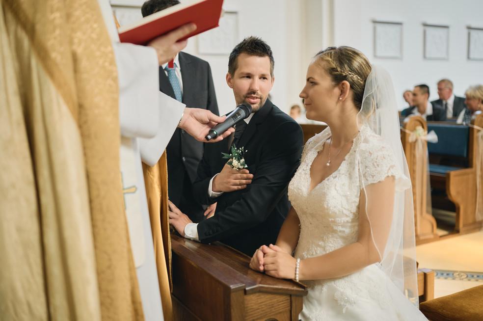 Karesz és Kriszti esküvői fotói, esküvőfotózás Dunakeszi Katolikus templom 03