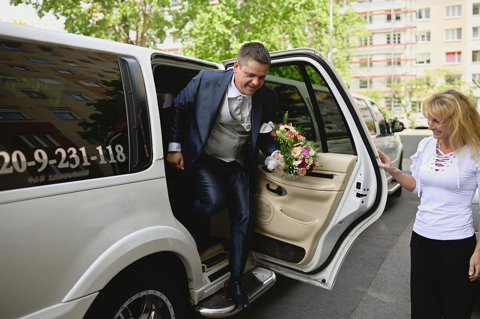 Esküvő fotózás - Enikő és Peti -  a vőlegény és a hozzátartozók érkezése