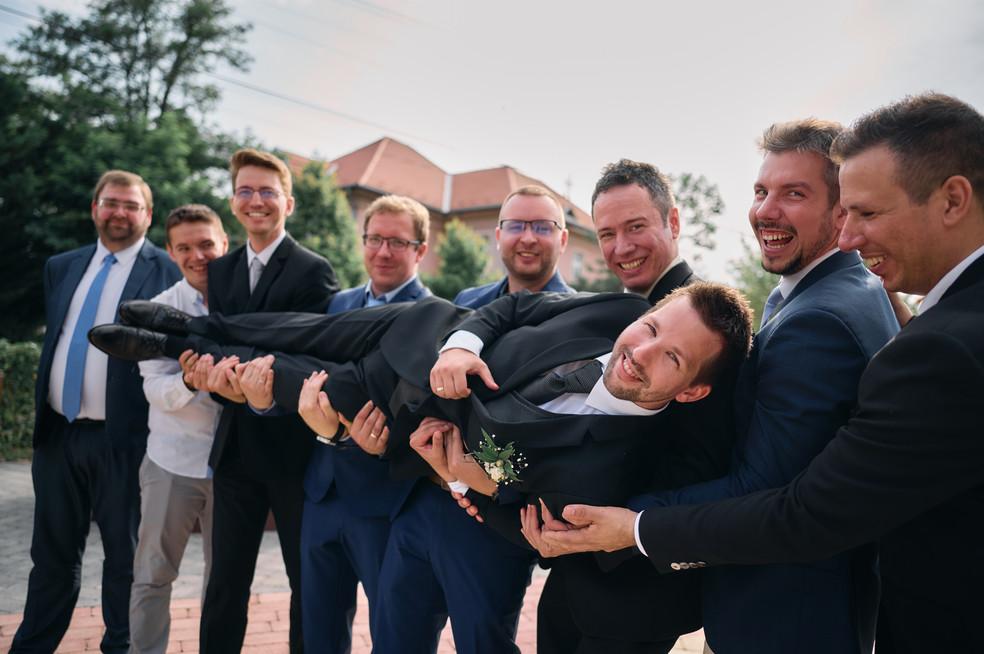 Karesz és Kriszti esküvői fotói, esküvőfotózás Dunakeszi Katolikus templom - csoportos fotózás a vőlegénnyel