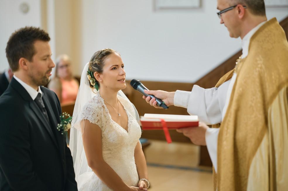 Karesz és Kriszti esküvői fotói, esküvőfotózás Dunakeszi Katolikus templom 02