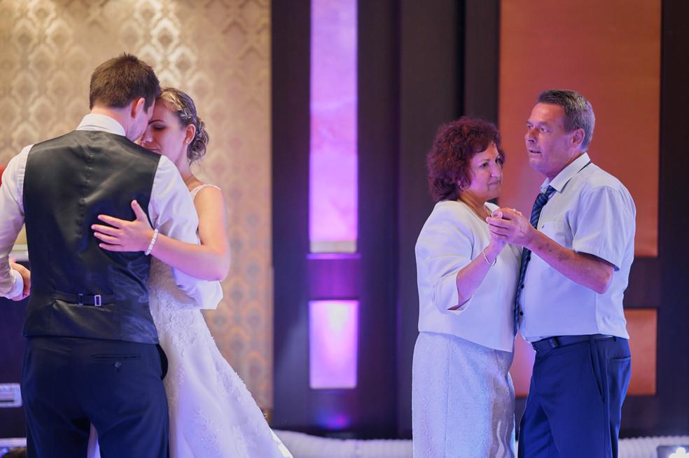 Karesz és Kriszti esküvői fotói, esküvőfotózás Aquaworld -nyitótánc az örömszülőkkel