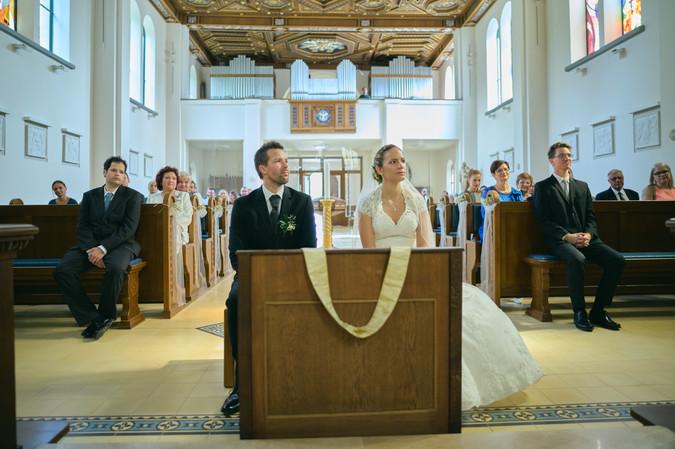 Karesz és Kriszti esküvői fotói, esküvőfotózás Dunakeszi Katolikus templom