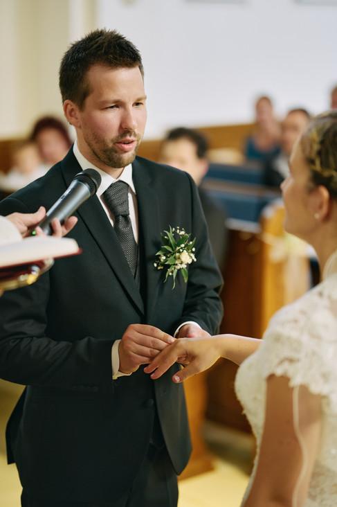 Karesz és Kriszti esküvői fotói, esküvőfotózás Dunakeszi Katolikus templom 04
