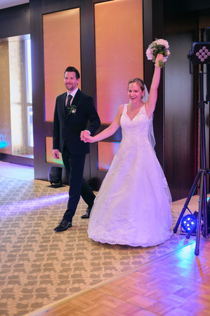 Karesz és Kriszti esküvői fotói, esküvőfotózás Aquaworld - bevonul az ifjú pár