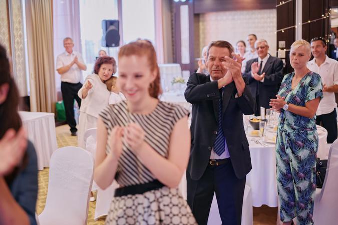 Karesz és Kriszti esküvői fotói, esküvőfotózás Aquaworld - ováció az ifjú párnak