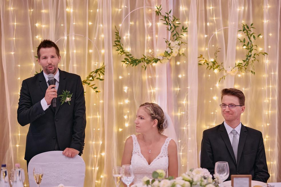 Karesz és Kriszti esküvői fotói, esküvőfotózás Aquaworld  - vőlegény beszéde